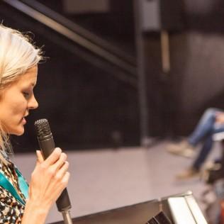 Sara Norberg puhumassa FFA-yleisölle. Kuva: Bambu Xavier Locquet Vandenberghe