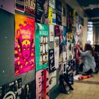 R&A:n talkoolaiset julisteita ripustamassa. Kuva: Pauli Haanpää