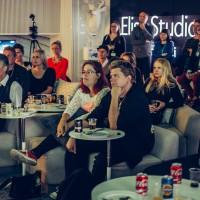 Iina Kuustonen Downshiftaajien Sneak Preview -esittelyssä Elisa Studiossa. Kuva: Jan Ahlstedt
