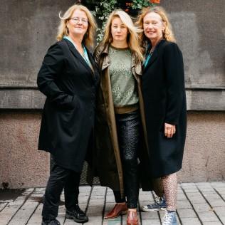 Ohjaaja Beata Gårdeler (keskellä) ja tuottajat Annika Hellström ja Agneta Fagerström Olsson (Flocking). Kuva: Jan Ahlstedt