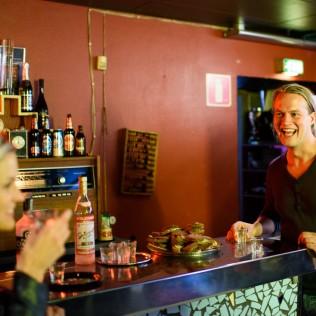Sara Norberg ja Tom Sommerlatte Vodka Hourilla Kafe Moskovassa. Kuva: Marko Saari