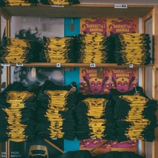 R&A-paitoja pinossa festivaali-infossa. Kuva: Vitali Gusatinsky