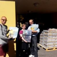 R&A-ministeriön Johannes Kinnunen, festivaalilehden päätoimittaja Johanna Siik ja R&A:n taiteellinen johtaja Pekka Lanerva esittelevät juuri painosta saapunutta festivaalilehteä.