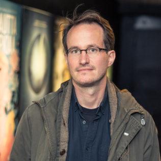 Ohjaaja Juho Kuosmanen (Hymyilevä mies). Kuva Lauri Hassi.