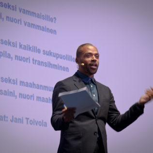 Kuuluuko seksi kaikille? -seminaari. Kansanedustaja Jani Toivola juontaa. Kuva Andre Vicentini.
