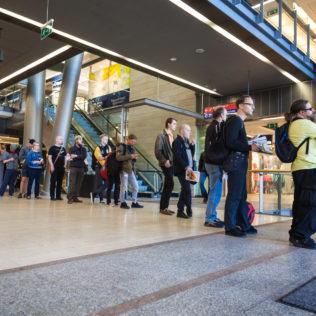 Lippujonotusta Kampin kauppakeskuksen pop up -lippumyymälässä. Kuva Veera Konsti
