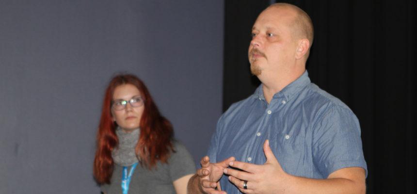Ohjaaja Kim Saarniluoto vastaili yleisön kysymyksiin näytöksen jälkeen. Kuva: Mirja Kolttola